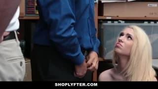 Un agent de police se détend sur une jeune