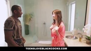 Un black bien membré baise cette brune