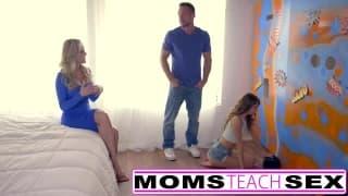 Maman va lui montrer comment faire avec son mec
