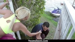 Un voyeur se fait sucé par une blonde