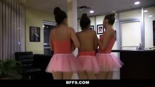 Trio de danseuses lesbiennes qui se touchent