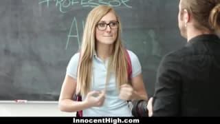 Une étudiante se fait prendre par son prof