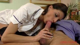 Eva johnson en infirmière sexy pour un patient