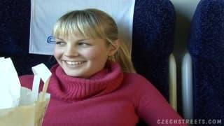 Une blonde prise dans le train pour de l'argent
