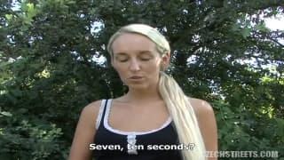 Superbe russe blonde baise en plein air
