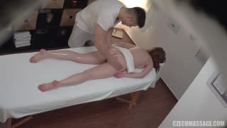 Séance de massage qui tourne à une baise sexy.