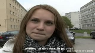 Veronika prise dans un parking pour de l'argent