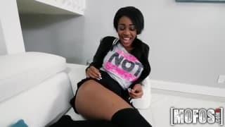 Jeune fille noire timide suce une grosse bite