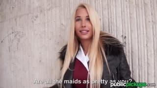 Une jeune blondes montre ces seins en public