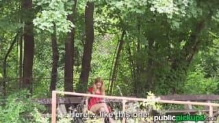 Isabelle, jeune russe, baise au jardin public