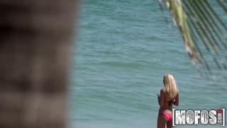 Il aborde une blonde a la plage et la baise