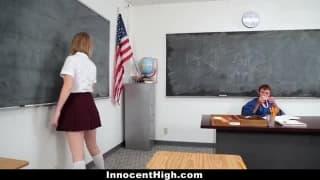 Une petite blonde se fait sauter par son prof