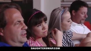 Deux copines baisent avec leur papa