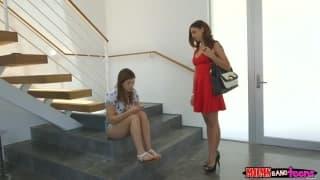 Deux lesbiennes se touche et se font soumettre