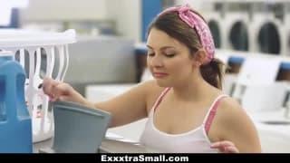 Brune baisee à la laverie automatique
