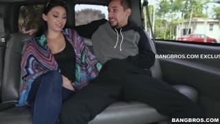 Fellation et une baise dans la voiture