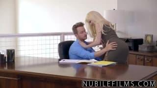 Blonde prise sur le bureau du patron