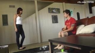 Elle le surprend à renifler ses chaussettes