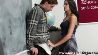 Une jeune étudiante chauffe son prof..