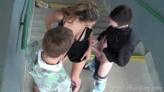 Coquine en levrette dans un lieu public