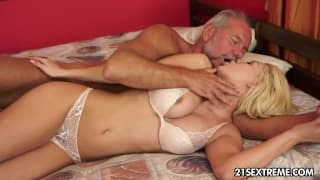 Elle le branle tout en lui massant la prostate