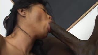 Une asiate qui se prend une bite noire