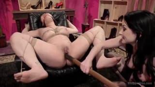 Des lesbiennes qui pratiquent le bondage