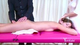 Massage sensuel d'une petite brunette