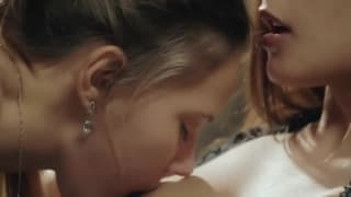 Deux jeunes lesbiennes en lingerie fine