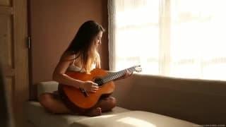 Jeune guitariste abandonne, pour se doigter