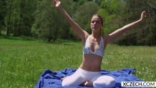 Petite teen pour une séance de yoga en solo