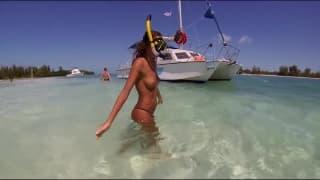 Katya Clover se baigne topless à la mer !!!