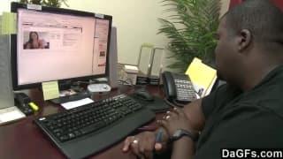 Une jeune brune se fait aider en informatrique