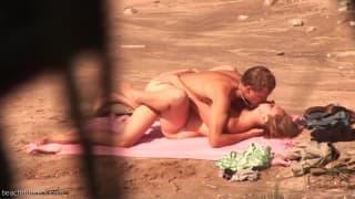 Un couple mature prit entrain de baiser dehors
