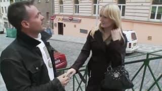 Mature salope blonde et un mec étrange