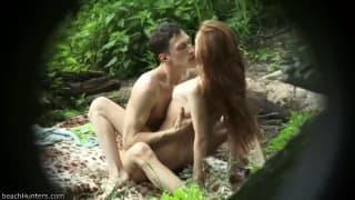 Un jeune couple baise dans la forêt