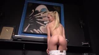 Sexy blonde et ses méthodes pour séduire