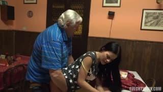 Un vieux pervers lui donne du plaisir