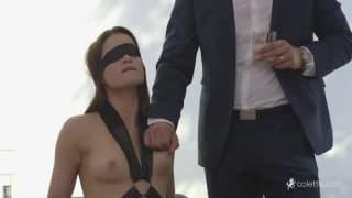 Une brune va découvrir le sexe les yeux bandés