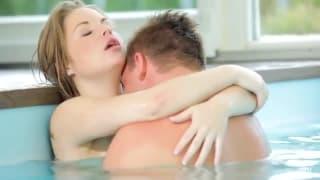 Jeune cochonne se fait baiser a la piscine