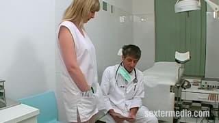 Ce gynécologue se met à lui bouffer la chatte !