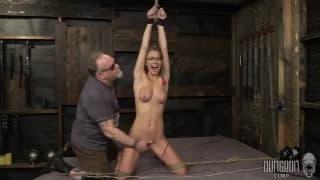 Femme nue se fait attacher de partout