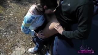 Une baise sur le capot d'une voiture