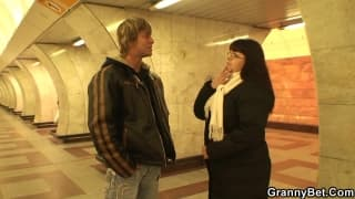 Une mature se fait rattraper dans le métro
