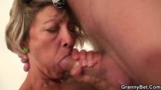 Une femme de ménage baise avec un client