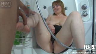 Maman prend son fils dans la salle de bains