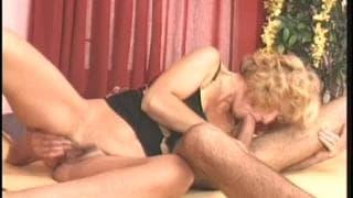 Une mature blonde avec une petit jeune