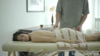 Massage parfait pour cette jeune brune