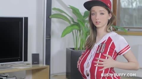 Femme blonde se masturbe a même le sol