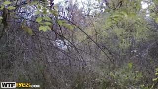 Jeune petite pute baise dans les bois